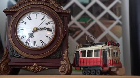 секунды : Retro clock and figurine tram