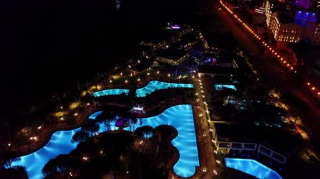 ОАЭ : Night view of hotel with swimming pools and lights