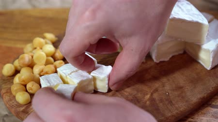 triângulo : Lay the cubes of brie cheese on a wooden board