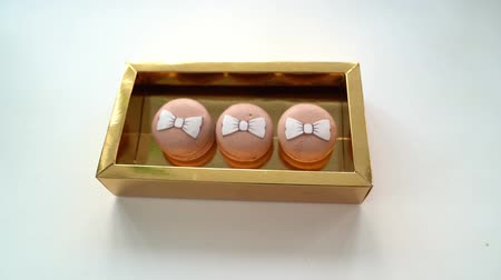 миндальное печенье : Cakes macaroons with bows put in a Golden box