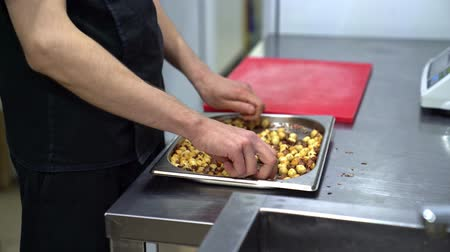 čištěný : Nuts clean hands from husk in a restaurant kitchen