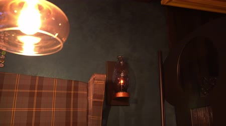lampa naftowa : oil lamp on the wall in the dark loft of the pub Wideo