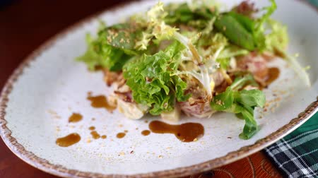 hrubý : Lettuce closeup on a white plate. Approximation.