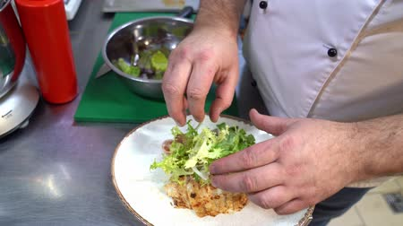 saŁata : chef prepares salad. Hands puts lettuce leaves Wideo