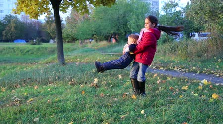 сестра : Older sister spinning his younger brother