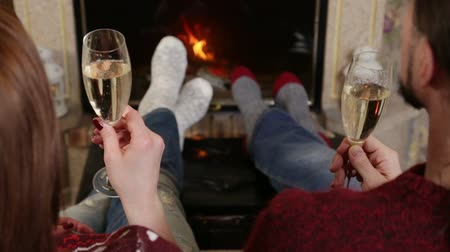 прижиматься : Couple toasting of champagne together near fireplace Стоковые видеозаписи