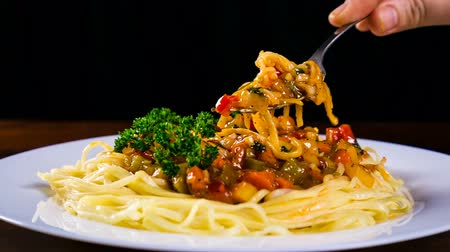 İtalyan : taking away the fork with pasta and vegetable sauce Stok Video
