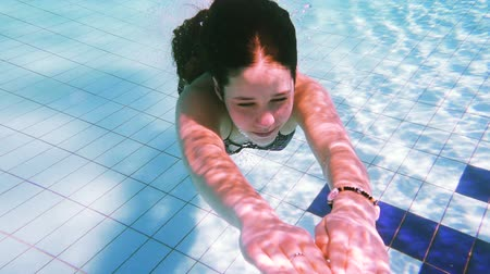 пловец : Young girl dive in swimming pool