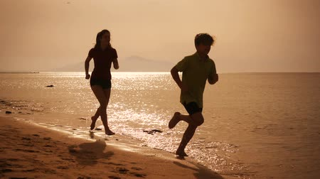 sepya : Two kids running at the beach, slow motion Stok Video