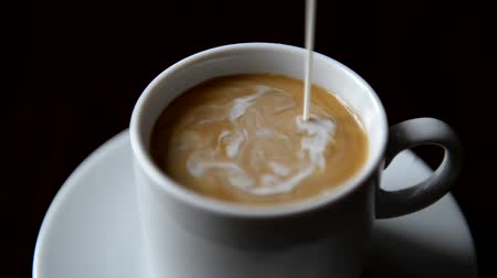 xícara de café : Pouring milk into coffee cup Vídeos