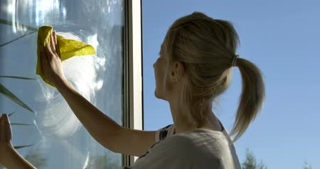 домохозяйка : Washing Window Cleaning Foam On Glass