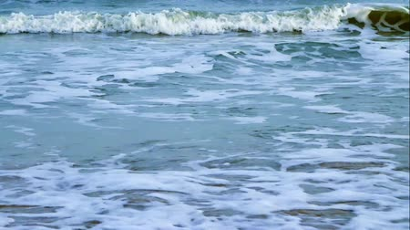 тропический : Beach sand with ocean waves gently rolling toward peaceful shore