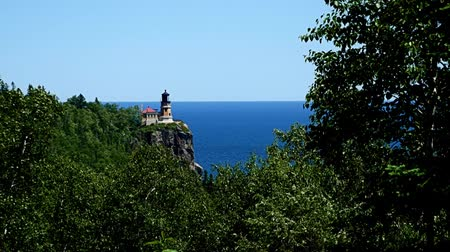 раскол : Split Rock historical lighthouse on the cliff over north shore of Lake Superior in Minnesota. Стоковые видеозаписи