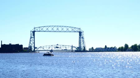 arquipélago : Duluth Minnesota Aerial Lift Bridge and Canal to Harbor with pontoon in harbor on a sunny morning