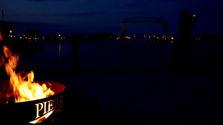 superior : Duluth, Minnesota - July 2, 2018: Iconic aerial lift bridge with firepit and tourist taking photos at night Vídeos