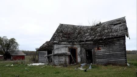 apodrecendo : Abandoned lonely dilapidated Farm House in northern Minnesota on dreary cloudy day