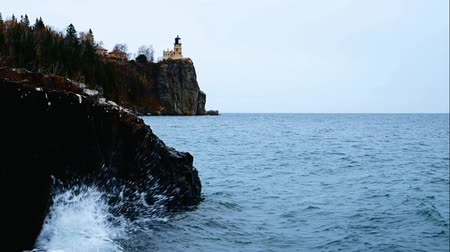 Waves break on shoreline at Split Rock Lighthouse on the north shore of Lake Superior near Duluth and Two Harbors, Minnesota. Стоковые видеозаписи
