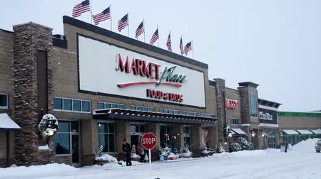 BEMIDJI, MN - 27 DEC 2018: Entrance to Market Place grocery store, Sally, and Office Max during a winter snow storm in northern Minnesota. Wideo