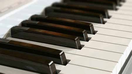 избирательный подход : Macro view of piano keyboard with selective focus effect