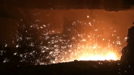 olvad : Smelting of liquid metal from blast furnace at the metallurgical plant Stock mozgókép