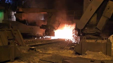 młyn : Smelting of liquid metal from blast furnace at the metallurgical plant Wideo
