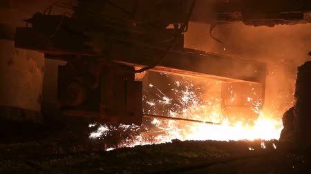 kowal : Smelting of liquid metal from blast furnace at the metallurgical plant Wideo