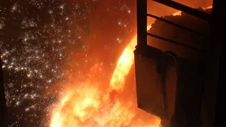 elektrownia : Smelting of liquid metal from blast furnace at the metallurgical plant Wideo