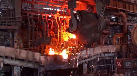 olvad : Pouring of liquid metal at the metallurgical plant