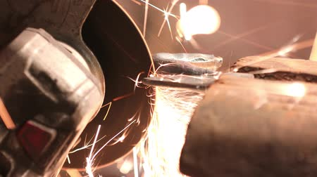 falsificação : Grinding of metal part with circular saw in the industrial workshop Vídeos