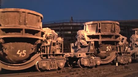 Freight cargo train with liquid metal containers at the metallurgical plant Wideo