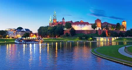 światło : Evening view of the Old Town architecture and Vistula River embankment in Krakow, Poland