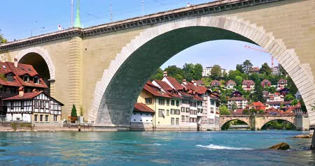 suisse : Scenic summer view of the Old Town architecture of Bern with the bridge Untertorbryukke over Aare river, Berne, Switzerland