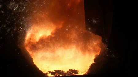Smelting of liquid metal from blast furnace at the metallurgical plant Wideo