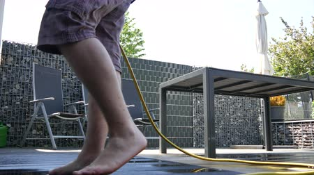lavagem : Outdoor cement floor cleaning with high pressure water jet Vídeos