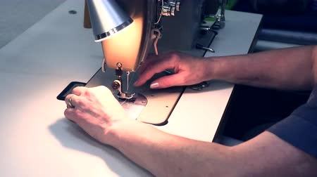 de costura : seamstress sews on a sewing machine