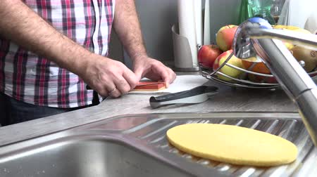 utensílio : The man is sharpening a kitchen knife