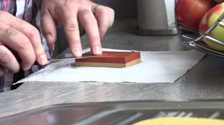 aço inoxidável : The man is sharpening a kitchen knife