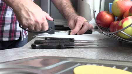 bilenmiş : The man is sharpening a kitchen knife