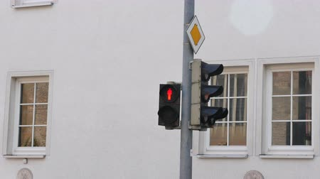 proibir : Traffic light for pedestrians, switches from red to green.