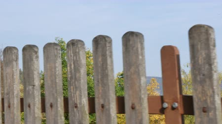 serra : gray wooden fence with houses in the background, germany Vídeos