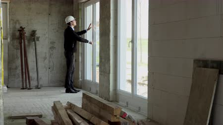 инспектор : Architect inspects construction from the inside