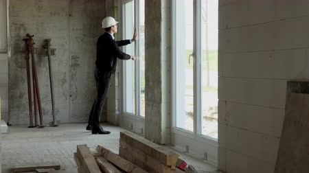 прораб : Architect inspects construction from the inside