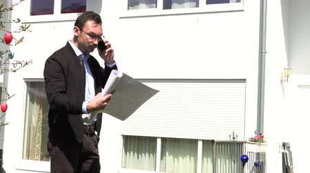 vendedor : A real estate agent is waiting for a client Stock Footage