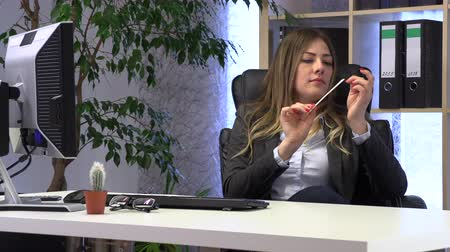 manucure pédicure : female manager files her nails at the workplace Vidéos Libres De Droits