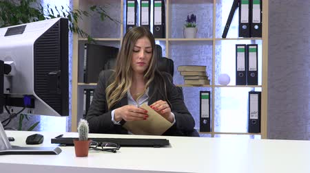 iş istasyonu : female manager, secretary, opens and reads mail, letter