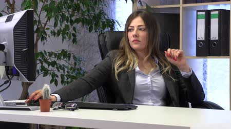 iş istasyonu : female manager files her nails at the workplace Stok Video