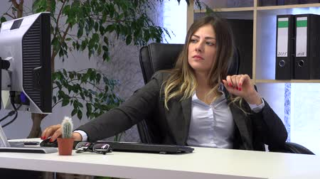 dosyalama : female manager files her nails at the workplace Stok Video