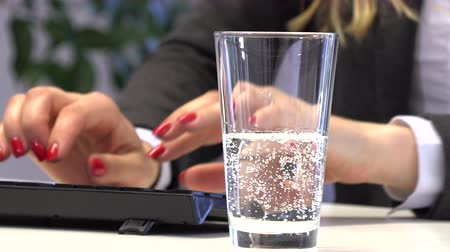 petfles : Brunette Manager pours water into a glass for drinking Stockvideo