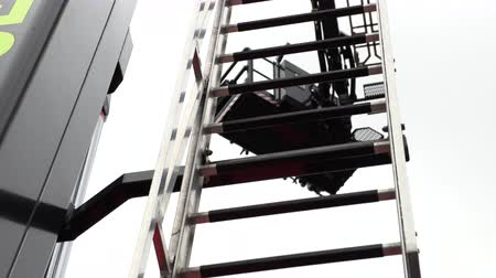 грузовики : Retractable ladder on the fire truck Стоковые видеозаписи