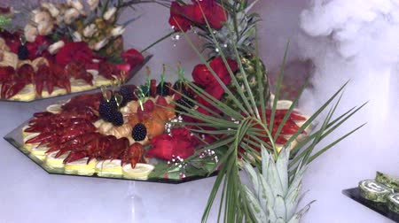 iştah : crayfish and seafood with fruit laid out on a tray